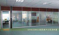 胡桃木与条纹玻璃经典结合高隔